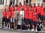 بالصور| ملك بلجيكا وزوجته يستقبلان «الشياطين الحمر» في القصر الرئاسي