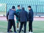 إيهاب جلال يطمئن على لاعب المصري بعد إصابته في المران