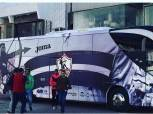 حافلة الأبيض تصل بتروسبورت.. دقيقة حداد وشارات سوداء في لقاء الزمالك ودجلة