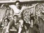 قصة صورة.. لاعبو الأهلي يحملون الثعلب حمادة إمام على الأعناق