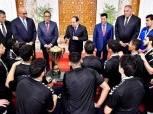 """جمهور مصر يحتفل بمنتخب اليد.. ملحمة حب في استقبال أسياد """"يد"""" العالم بمطار القاهرة"""