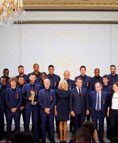 رئيس فرنسا ماكرون يمنح يتوج لاعبي المنتخب الفرنسي الحائزين على كأس العالم