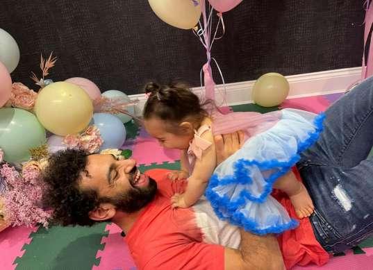 محمد صلاح ينشر صورة رفقة ابنته «كيان»: ضحك ولعب