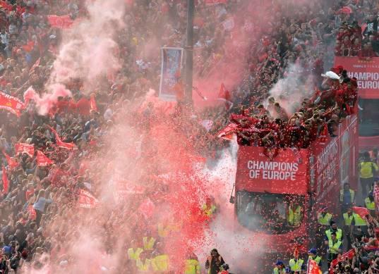 احتفالات مشجعو ليفربول مع لاعبي الريدز بعد الحصول على دوري أبطال أوروبا