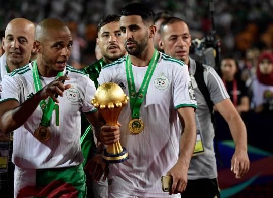 احتفالات لاعبو الجزائر بعد التتويج بأمم أفريقيا