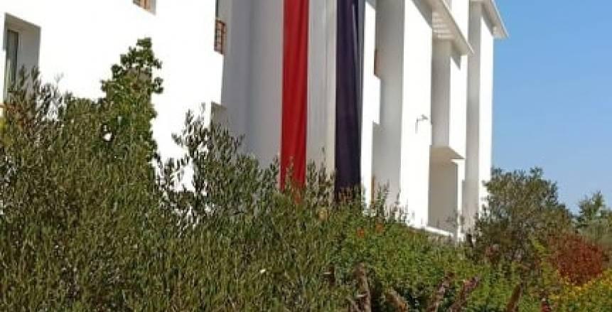بالصور.. رفع العلم الوطني على مقر بعثة مصر بدورة الألعاب الأفريقية