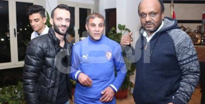 بالصور  رئيس الزمالك يمنح عضوية النادي لـ«مشجع كفيف»