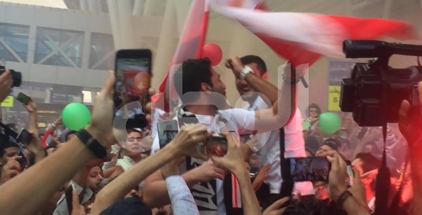 بالصور.. أحمد الأحمر يحتفل مع جماهير الزمالك بدوري أبطال أفريقيا لكرة اليد