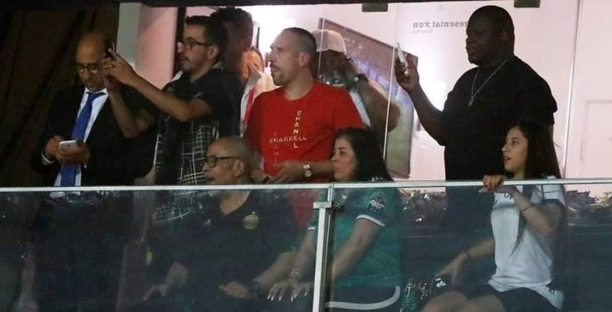 بالصور| ريبيري يحتفل مع لاعبي الجزائر داخل غرف خلع الملابس