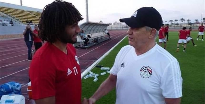 جلسة بين والد «النني» وخافيير أجيري في معسكر المنتخب