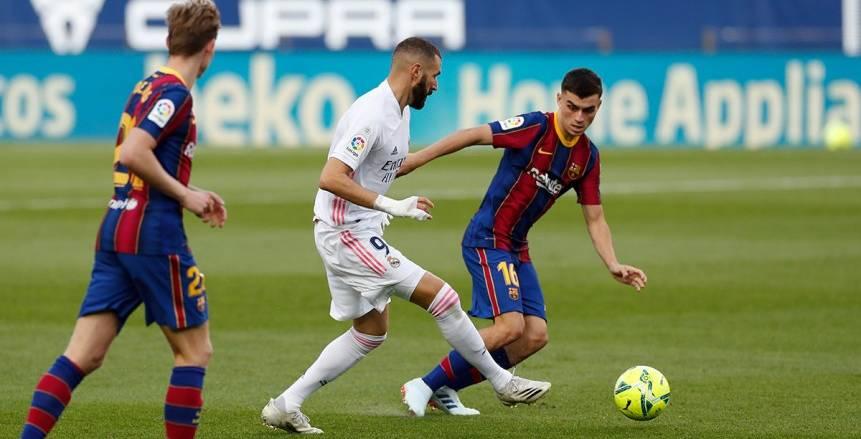 كريم بنزيما يسجل الهدف الأول بـ«كعب القدم» في مرمى فريق برشلونة