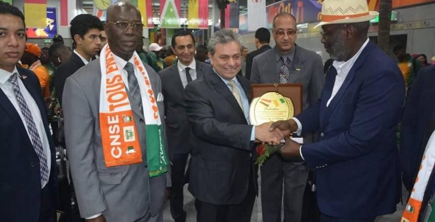 بالصور| سفير كوت ديفوار يستقبل بعثة الأفيال بمطار القاهرة