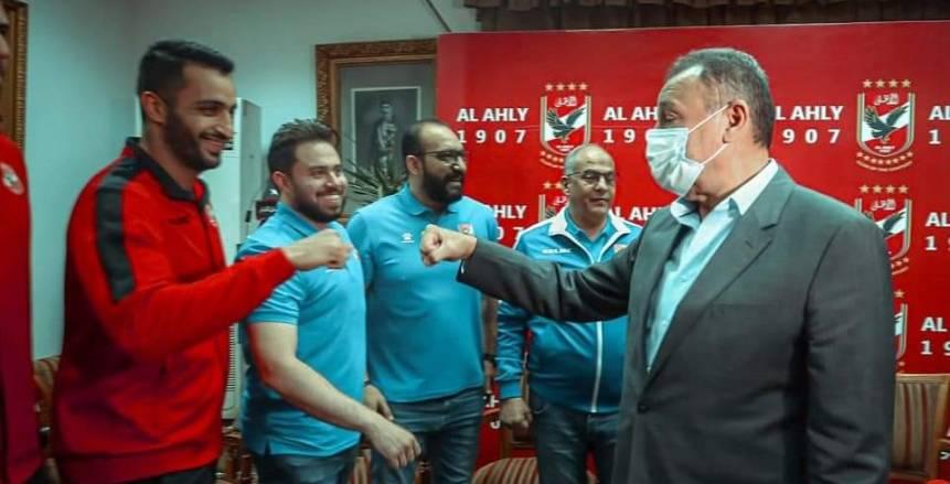 محمود الخطيب يكرم فريق رجال كرة اليد بالأهلي بعد حصد لقب كأس مصر