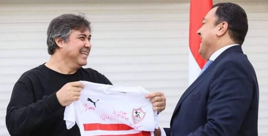 الزمالك يشكر السفير المصري في تونس على حسن الاستقبال ويمنحه تيشرت