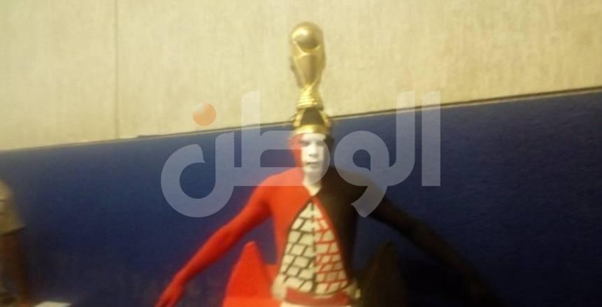 الأهرامات بجانبيه وكأس الأمم فوق رأسه.. آخر تقاليع الجماهير في نهائي أمم أفريقيا
