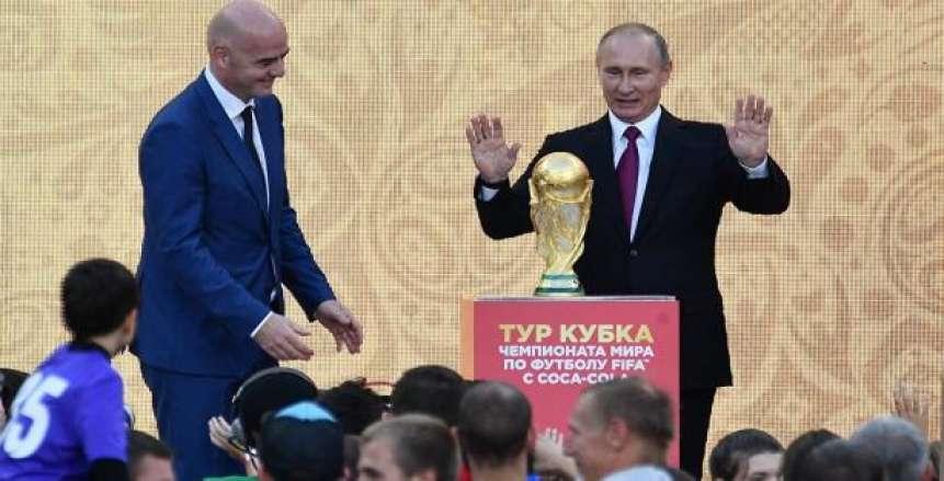 بوتين يحضر قرعة كأس العالم بروسيا ويرحب بأساطير كرة القدم