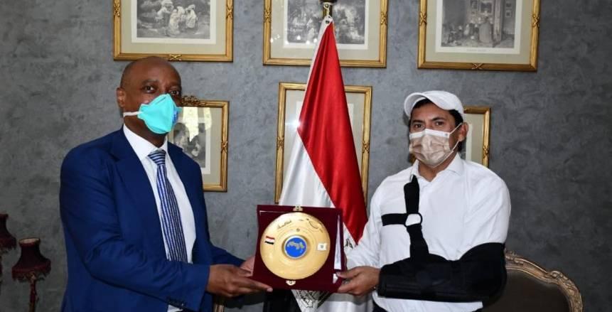 وزير الشباب الرياضة يستقبل رئيس الكاف عقب وصوله القاهرة (صور)