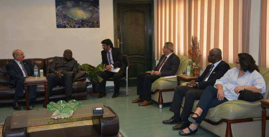 بالصور| وزير الرياضة يلتقي رئيس الاتحاد الافريقي لكرة اليد وأعضاء المكتب التنفيذي