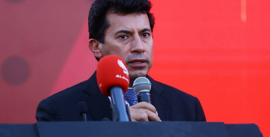 وزير الرياضة يطمئن على حالة إسلام عيسي المحتجز في مستشفى بإثيوبيا