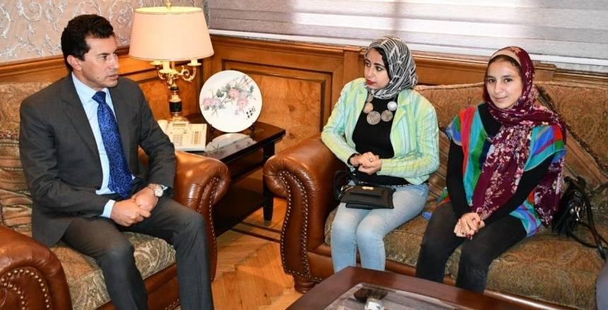 وزير الرياضة يستقبل أمل توفيق بطلة الأثقال بعد تعرضها لحادث سير (صور)