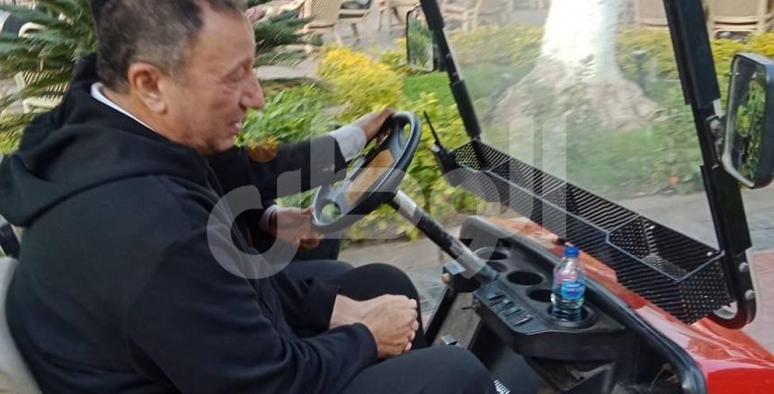 """بالصور.. محمود الخطيب يتوجه لخيمة الجمعية العمومية في سيارة """"جولف"""""""