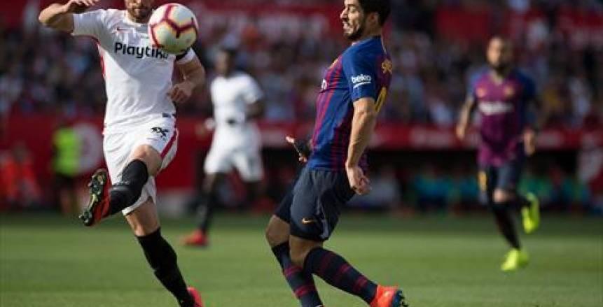 هاتريك ميسي يقود برشلونة للفوز على إشبيلية برباعية في عقر داره