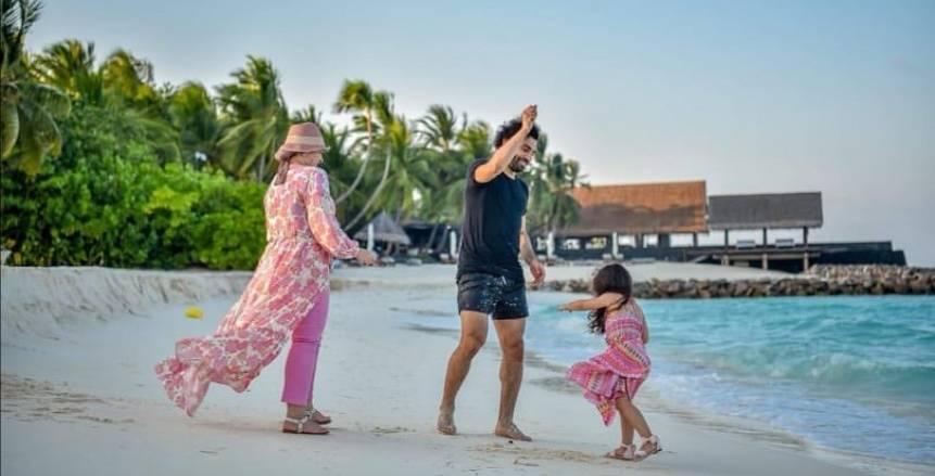 صلاح ينشر صورة جديدة مع مكة وزوجته على الشاطئ
