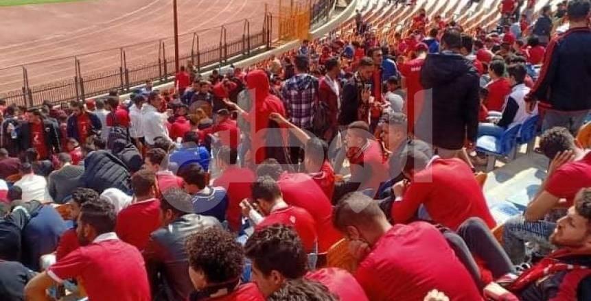 توافد جماهير الأهلي على مدرجات ستاد القاهرة (صور)