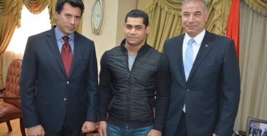 بالصور| وزير الشباب والرياضة يسلم محمد إيهاب جائزة أفضل إنجاز رياضي عربي