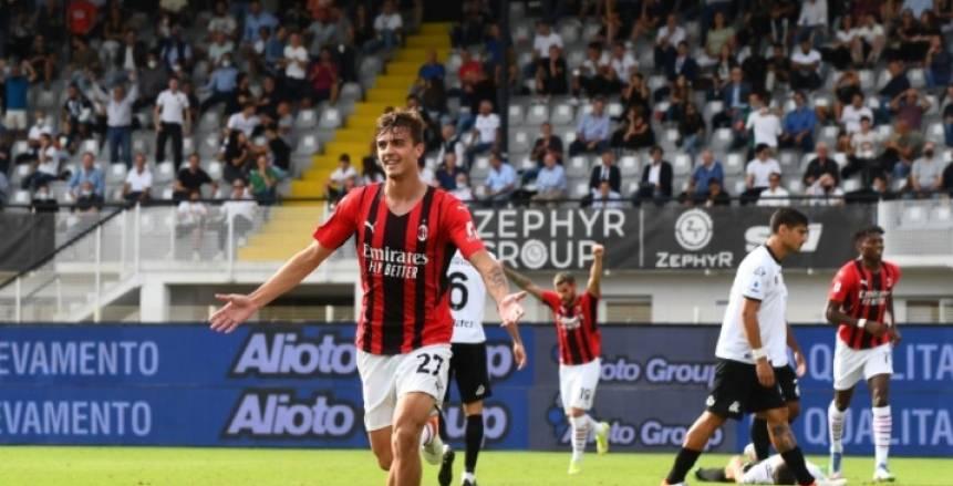 ميلان يخطف فوزا قاتلا أمام سبيزيا ويتصدر الدوري الإيطالي