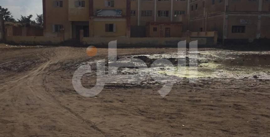 بالصور.. مركز شباب الخضيري بالدقهلية: الملعب الرئيسي «مقلب زبالة»
