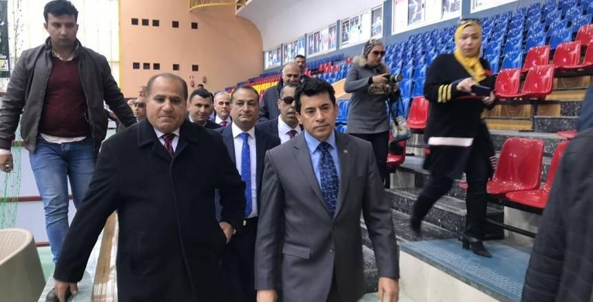 بالصور  أشرف صبحي يتفقد الصالة المغطاة بكلية تربية رياضية قبل انطلاق بطولة البحر المتوسط لليد