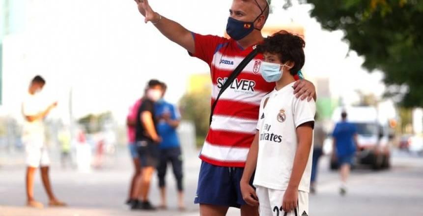 جماهير ريال مدريد تتحدى كورونا وتؤازر اللاعبين قبل مواجهة غرناطة (صور)