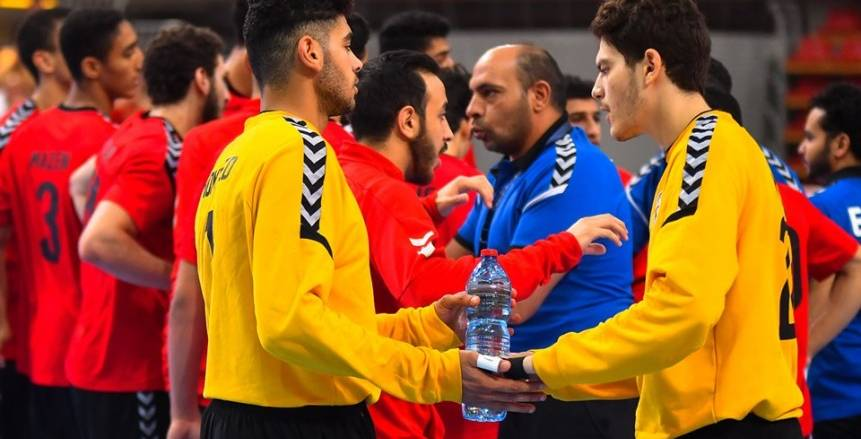 """بالفيديو.. لاعبو منتخب مصر لناشئي اليد يحتفلون بحصد المونديال بـ""""السجود"""" في الملعب"""