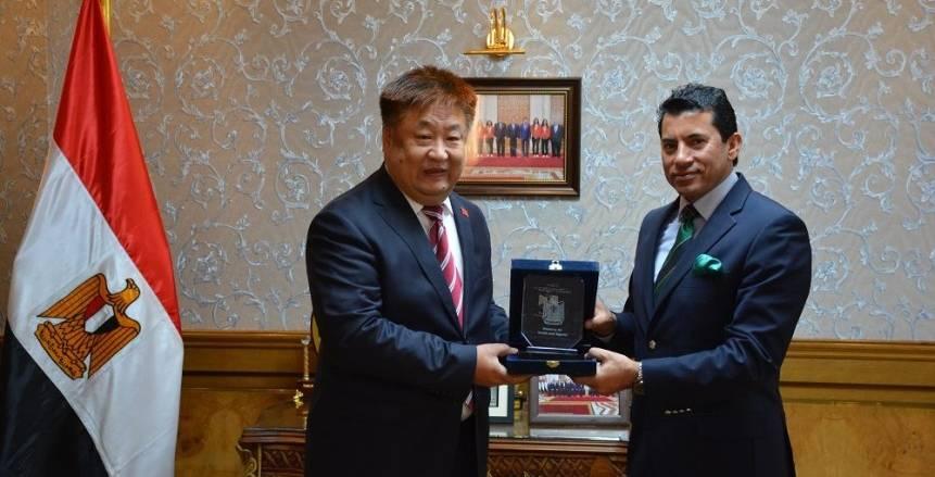 بالصور| وزير الشباب والرياضة يبحث التعاون الثنائي مع المستشار الثقافي الصيني بالقاهرة