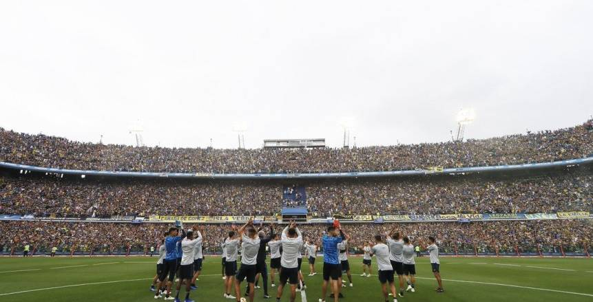 نهائي ليبرتادوريس  جماهير بوكا جونيورز تحتشد بكثافة أمام فندق اللاعبين.. شاهد بالفيديو