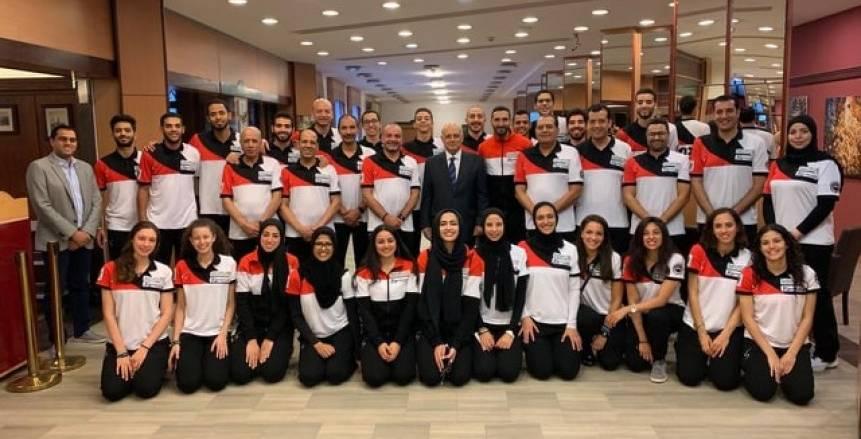 السفير المصري بالمجر يحفز لاعبي منتخب السلاح