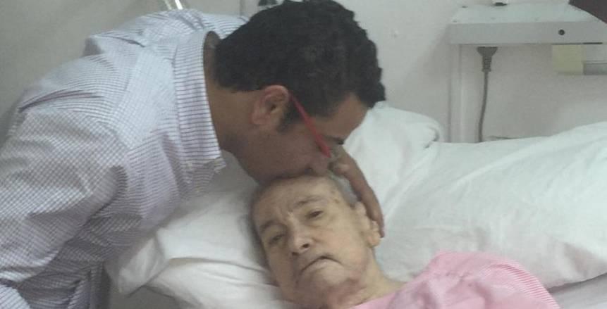 هشام العامري يصل مستشفي الأنجلو لإلقاء النظرة الأخيرة علي طارق سليم