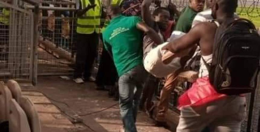جماهير كوتوكو تحمل «المعلق» وتلقيه خارج الملعب لتشكيكه في ركلة جزاء