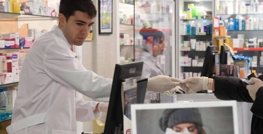 لاعب كرة إسباني يعمل داخل صيدلية لمواجهة تفشي فيروس كورونا