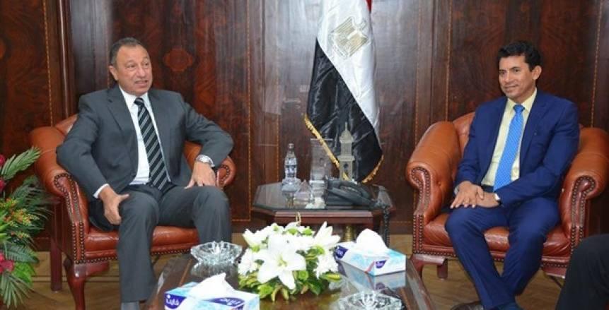 أشرف صبحي و«الخطيب» يتابعان عرضًا للكاراتيه في الأهلي