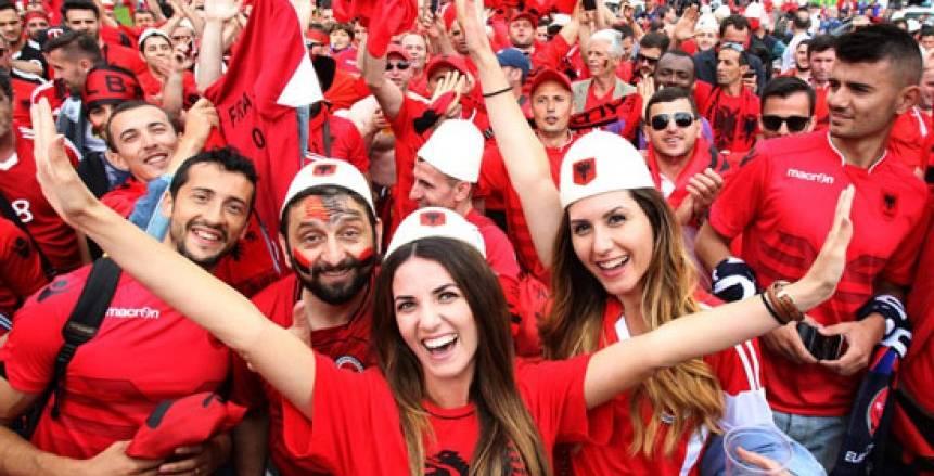 شكراً لتضحياتكم.. ملعب ألبانيا يضع أسماء الأطباء على قميص المنتخب (فيديو)