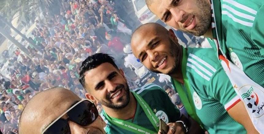 بالصور.. حافلة منتخب الجزائر تجوب الشوارع وسط الآلاف احتفالا باللقب