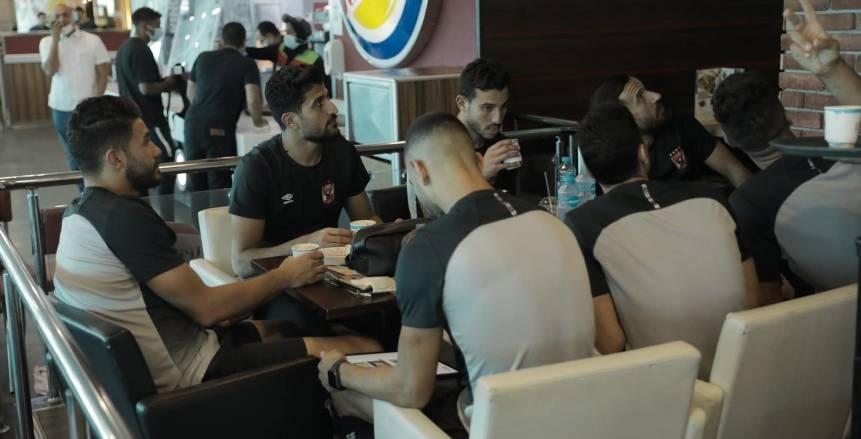 لاعبو الأهلي في مطار القاهرة قبل السفر إلى النيجر لبدء رحلة دوري أبطال أفريقيا