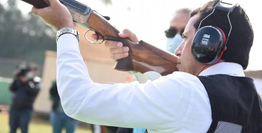 وزير الرياضة يسجل مشاركة شرفية قبل انطلاق بطولة العالم للرماية (فيديو)