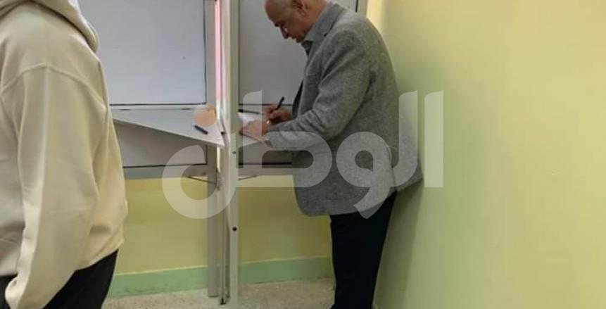 بالصور.. رئيس سموحة يصوت بنعم في التعديلات الدستورية