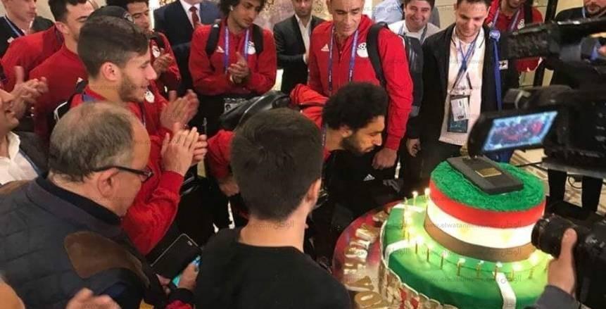 الحذاء الذهبى وعلم مصر يزينان تورتة احتفال المنتخب بعيد ميلاد محمد صلاح