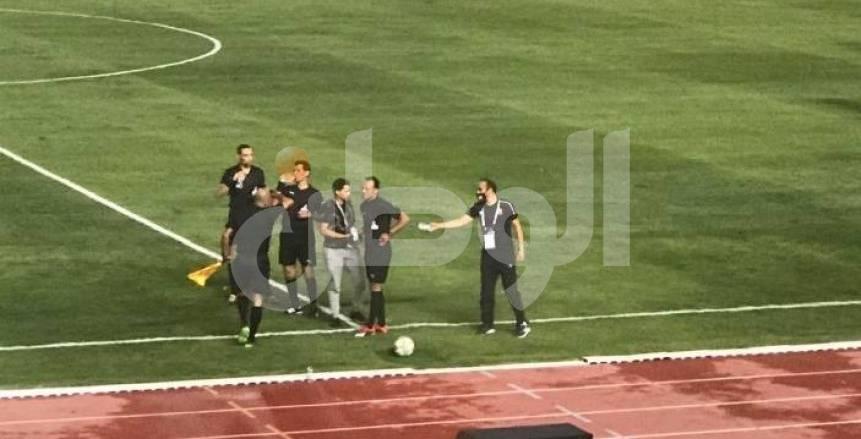 """سيد عبدالحفيظ يوزع """"زجاجات مياه"""" على حكام مباراة نادي مصر (صور)"""