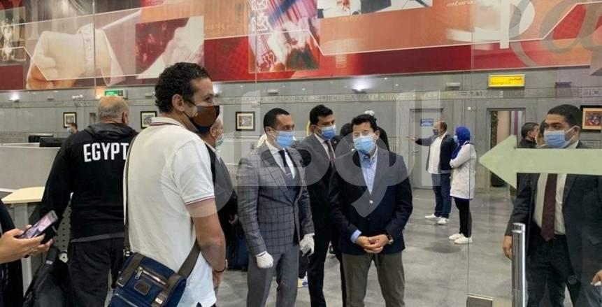 وزير الشباب والرياضة يستقبل المنتخب بعد وصوله إلى القاهرة