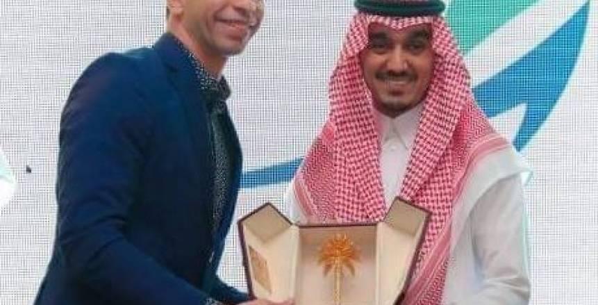 بالصور.. رئيس هيئة الرياضة السعودية يكرم أحمد الأحمر
